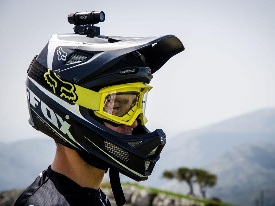 fixer une caméra sur son casque de moto